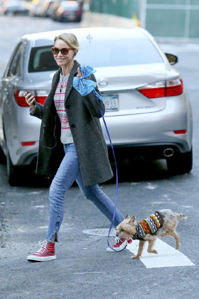 当地时间12月25日,Naomi Watts在纽约出街遛狗