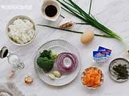 蒜香黄油三文鱼炒饭「一个人的惬意滋味」