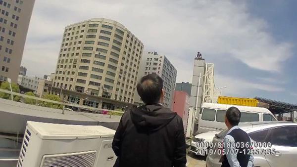 男子被辞携妻跳楼 涉嫌寻衅滋事被依法刑事拘留
