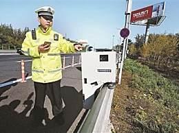 移动式执法机器人机场高速上岗 拍违法占用应急车道