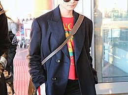 李宇春现身机场,红色内T搭配黑色长裤,今天的李宇春依然很酷~