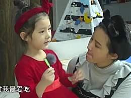 孩子吃饭时总是掉米粒,张歆艺用手接完,直接塞自己嘴里吃了