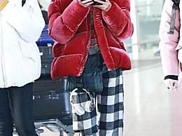 郁可唯现身机场,红棉袄配红墨镜吸睛,网友:这搭配一般人不敢穿