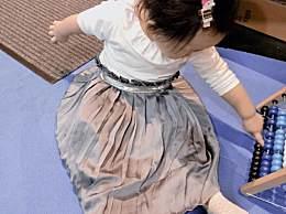 伊能静晒女儿玩耍萌照 小米粒穿长裙秒变小淑女