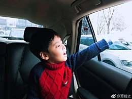辣妈章龄之雪天送儿子上学 酒酒手接雪花超好奇