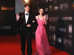 赵丽颖身着嫩粉色吊带裙小秀性感,与冯绍峰默契十足