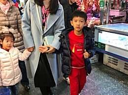 李冰冰菜市场买菜被偶遇 穿的粉蓝粉蓝的左右手一边一个娃