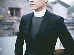 靳东一头卷发酷帅有型,网友直呼:简直是帅到没边呀!