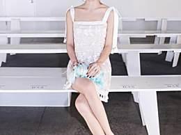 贾青穿白裙美出新高度,全身就靠两绑带支撑,网友:真想解开试试