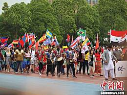 重庆大学运动会开幕式 学生复古风引领潮流