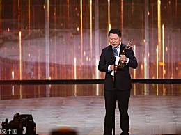 林志玲颁奖典礼上又再展现礼貌蹲 蹲得比无影凳都稳 实在令人佩服