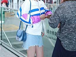 李沁浅色T恤搭配水洗牛仔裙现身机场 超清爽的感觉