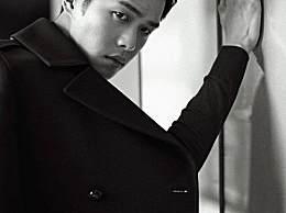张若昀晒了照片,黑白风不影响他的颜值,披着黑色大衣感觉超酷!