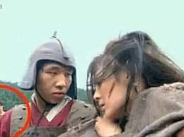 最尴尬的穿帮镜头,杨紫举枪的样子帅呆了,可惜枪都是实心的