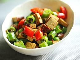 只需花三分钟轻松搞定一份最家常的下饭菜:辣椒炒豆干