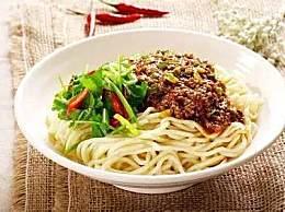 北京炸酱面的家常做法,学会在也不用吃白煮面了