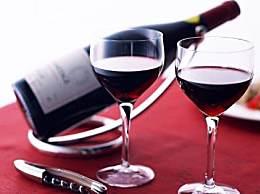 喝葡萄酒的礼仪规范:如何斟酒与敬酒