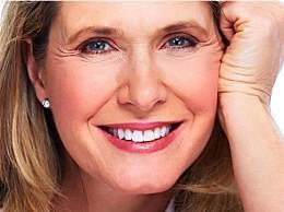 7个化妆错误只会让你看起来更老,腮红的涂抹需要技术