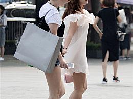 时尚街拍:姐妹出行,热裤与白纱裙,都是秀美腿的时装