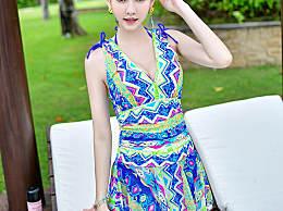臀大的女人穿上深V吊带裙 ,从侧面看上去非常的清新时尚