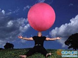 世界上最大的肺活量 吹出一个直径2.44米、重1000克的气球
