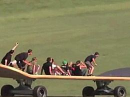 世界上最大的滑板长11米 宽2米 创下吉尼斯纪录(可站40人)