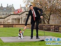 世界上最矮的人怎么会这么矮 连小猫小狗都会欺负他?