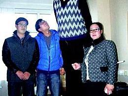 头衔:亚洲最高的男人 张身高2.42米(已婚18年 无子女)