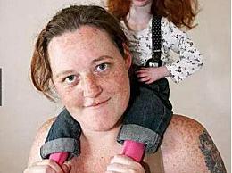 世界上最年轻的人只有9磅重 英国三岁的拇指姑娘只能穿洋娃娃的衣服