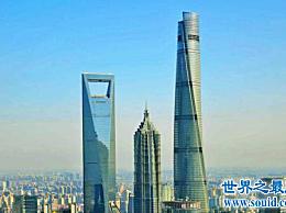 上海铁塔 中国最高的建筑 矗立在其他山的上面 看起来都像天空下的小矮人