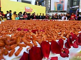 巨型麻辣蛋糕出现在长沙 吸引了近万人品尝