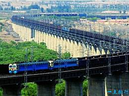 世界上最长的火车 有八公里长 是澳大利亚北部的一个长队