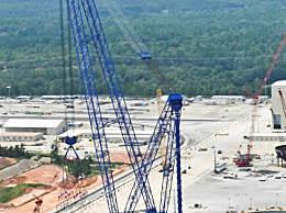 世界上最大的起重机 起重能力7500吨(直接吊起房屋)