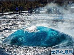 间歇泉喷发的场景非常壮观 著名的冰岛间歇泉在喷发时是最美丽的